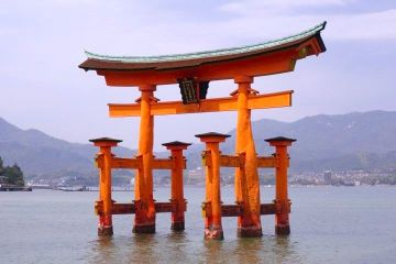 Le célébre tori de Miyajima photo blog voyage tour du monde http://yoytourdumonde.fr