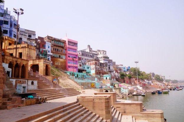Je pourrai rester des heures sur les ghats de Varanasi à contempler l'Inde. Photo blog voyage tour du monde https://yoytourdumonde.fr