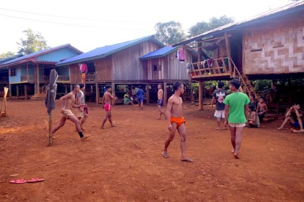 Visite village au plateau des bolovens photo blog voyage tour du monde laos https://yoytourdumonde.fr
