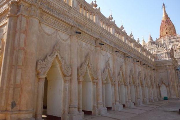 Temple de l'Ananda photo blog voyage tour du monde cite archelogique de bagan https://yoytourdumonde.fr