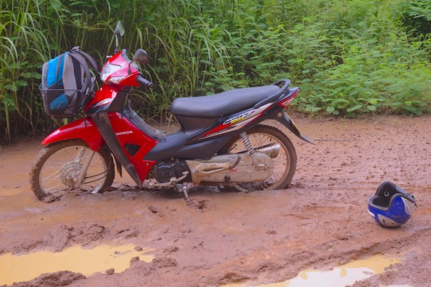 Scoot bloqué dans la boue au plateau des bolovens au Laos photo blog voyage tour du monde https://yoytourdumonde.fr