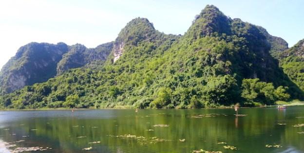 Beauté de la Baie d'Halong terrestre photo blog voyage tour du monde https://yoytourdumonde.fr