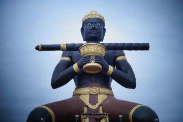 Le geant de Battambang se trouve sur un rond point, il est enorme a voir photo blog http://yoytourdumonde.fr