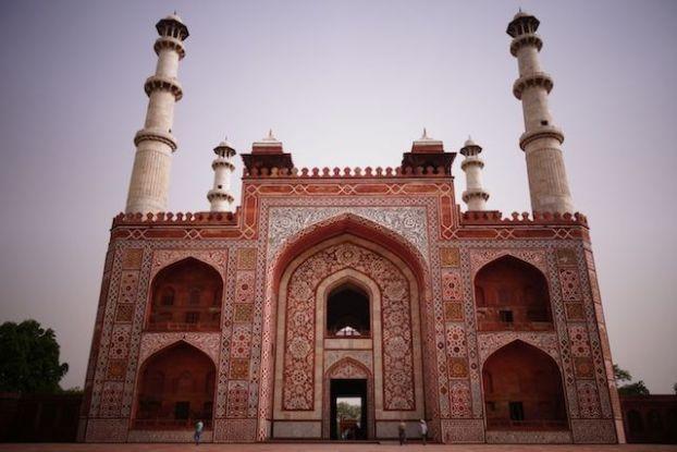 Le Mausolée d'Akbar à Agra en Inde est magnifique! photo blog voyage tour du monde https://yoytourdumonde.fr