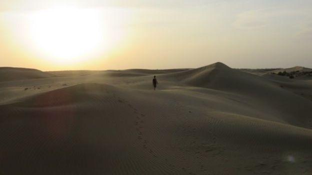 Couché du soleil sur le desert de thar en inde rajasthan photo blog voyage tour du monde https://yoytourdumonde.fr