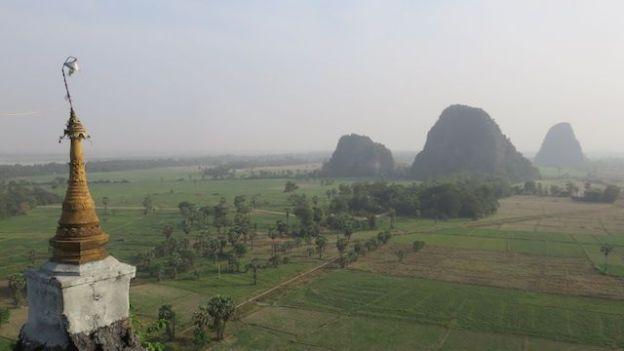 Birmanie: Riziere, temple kyauk kalap, montagne, photo voyage tour du monde https://yoytourdumonde.fr