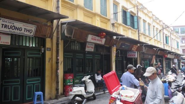 Voyage au Vietnam: Dans certaines partie de la ville d'Hanoi le melange entre Hanoi du Vietnam et Hanoi coloniale.