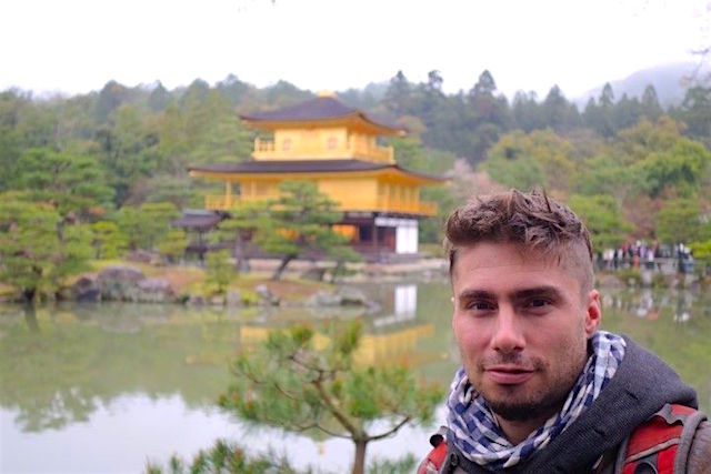 Portrait de Yohann Taillandier devant le pavillon d'or à Kyoto au Japon photo tour du monde https://yoytourdumonde.fr