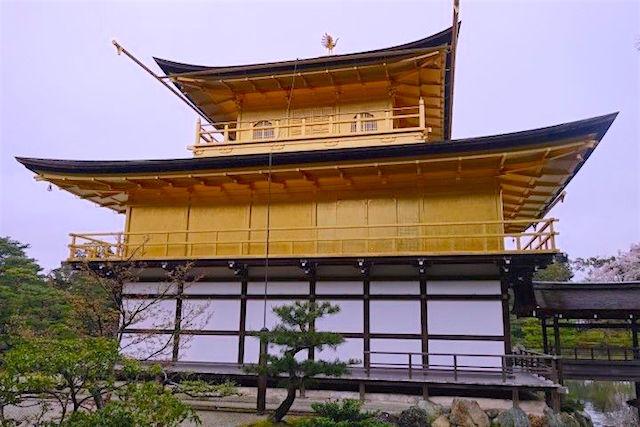 Le pavillon d'or à Kyoto au japon photo blog voyage tour du monde https://yoytourdumonde.fr