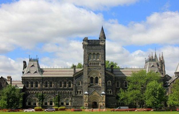 Le campus de Toronto se trouve en plein centre ville c'est un melange entre Harry Potter et l'ancienne Angleterre photo voyage tour du monde https://yoytourdumonde.fr