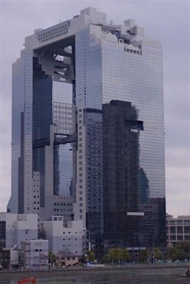 Le Sky Builing l'un des gratte-ciel les plus connues d'Osaka. Photo blog voyage tour du monde https://yoytourdumonde.fr