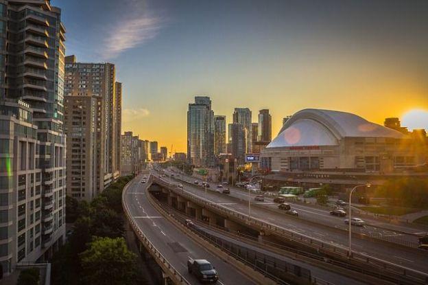 Toronto la plus grande ville du Canada a un charme fou avec ces building. Savez-vous que certains grands films sont filmés ici photo blog voyage tour du monde https://yoytourdumonde.fr