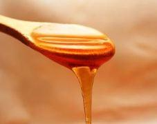 miel-zumo-detox-con-apio-para-bajar-los-excesos-de-navidad