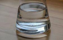 agua-zumo-detox-con-apio-para-bajar-los-excesos-de-navidad