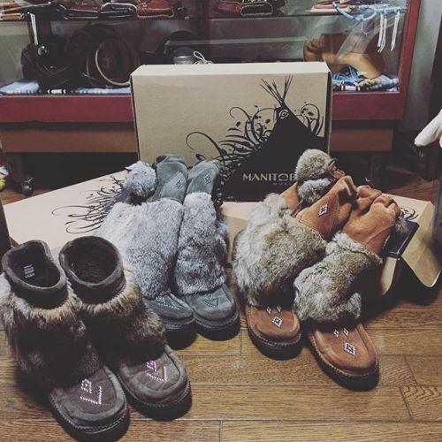 """お気に入りの""""MANITOBAH""""のブーツ(ღ˘⌣˘ღ)冬はこればっか履いてる(≧▽≦)ビーズの細工が素敵で一目惚れ暖かいし可愛いいし文句なし!(*´╰╯`๓)♬ #MINETOBAH #冬はこればっか #boots #暖かい #可愛いい"""