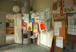 Museokoulun eteinen. Vuonna 2017 eteisessä oli Merja Mikkolan vuosikalenteripyyheliinojen näyttely, vanhin vuodelta 1966.
