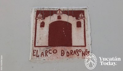 Arco-Dragones-placa-esquina-by-Yucatan-Today