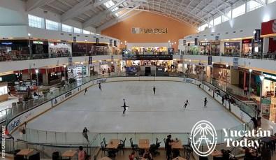 Ice-Ring-Ice-Skating-Patinaje-Hielo-Pista-Plaza-Galerias-Merida-by-Cassie-Pearse