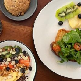 desayuno-frutas-galleta-y-te-by-Manifiesto-Casa-Tostadora-Calabrese