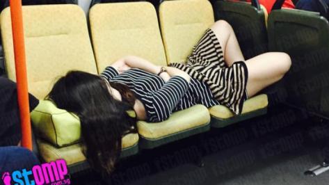 tertidur-di-kursi-kereta-penumpang