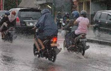 naik motor kehujanan