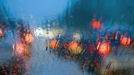 nyetir mobil dimalam hari hujan