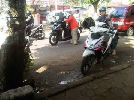pemotor ibu-ibu berhenti ditengah jalan