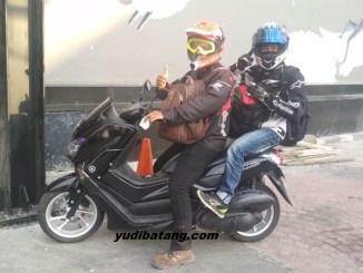 cara naik motor saat hujan