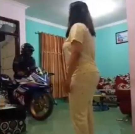 biker meninggalkan istri dirumah