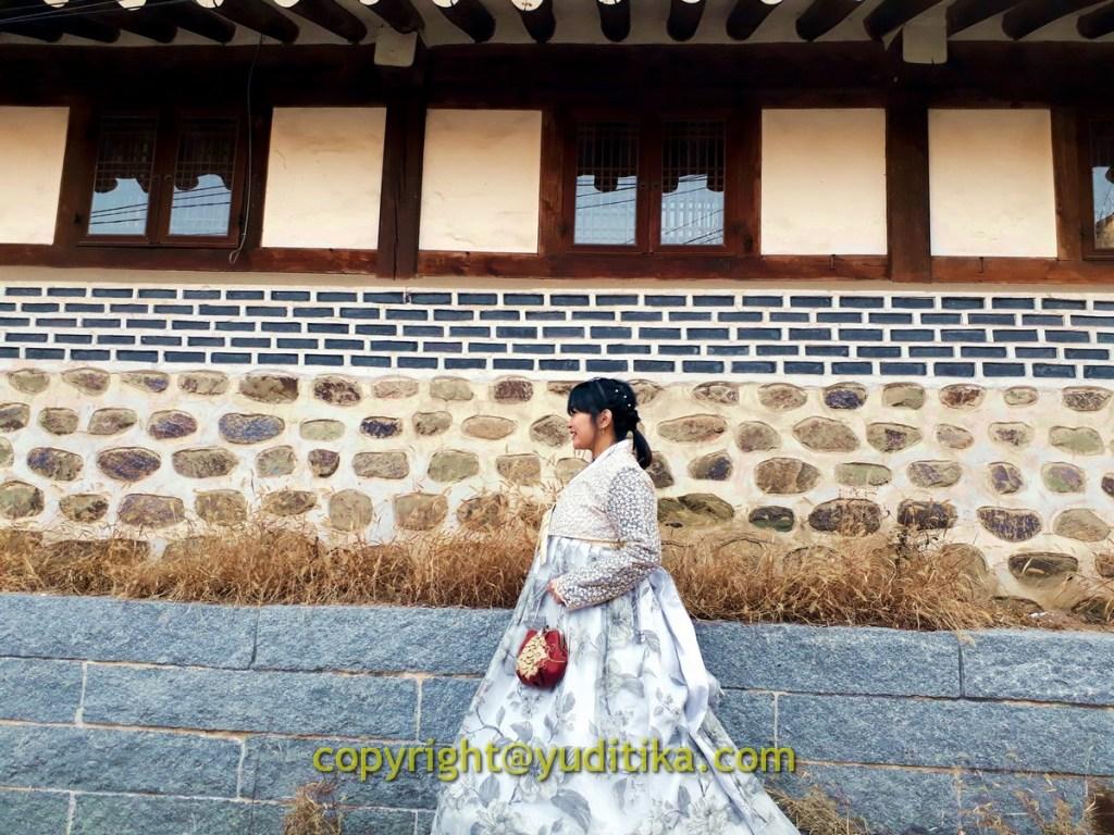 berfoto memakai hanbok di buchon hanok village