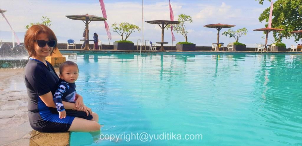 indahnya kolam renang di grand inna samudra beach hotel