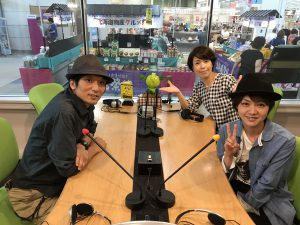 FMチャッピーゲストColor Sugar 柄須賀幸恵さんとベース雄太郎さん。パーソナリティーはyuiフリーアナウンサーの藤井千代美です。