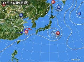 8月11日の天気図。 西の低気圧が台風13号から変わったもの。東が台風14号