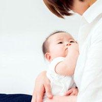 ママにだっこされる赤ちゃん