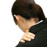 肩の痛みで悩む女性