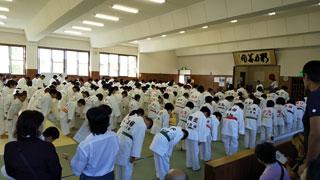 豊橋市武道館に200人の柔道家が集結