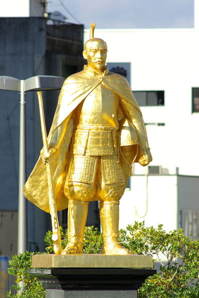800px-Golden_Nobunaga_statue_Gifu_Sttn