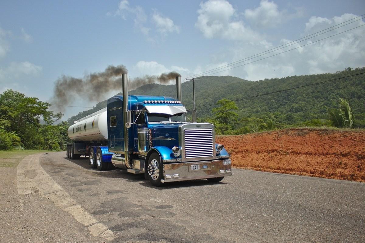 一般人が知らない長距離トラックドライバーの生活とは...