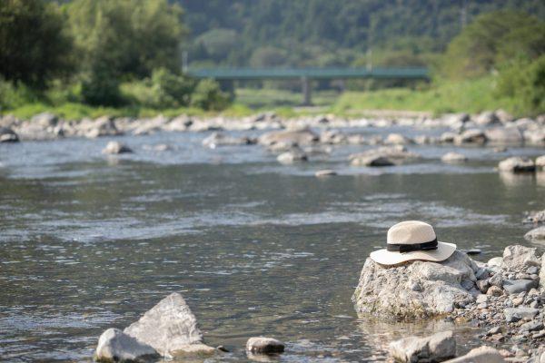 麦わら帽子と川