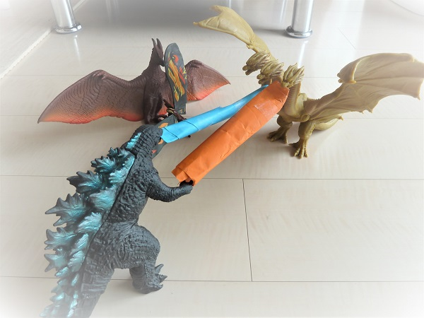 ゴジラ他モンスターズの玩具が戦っている