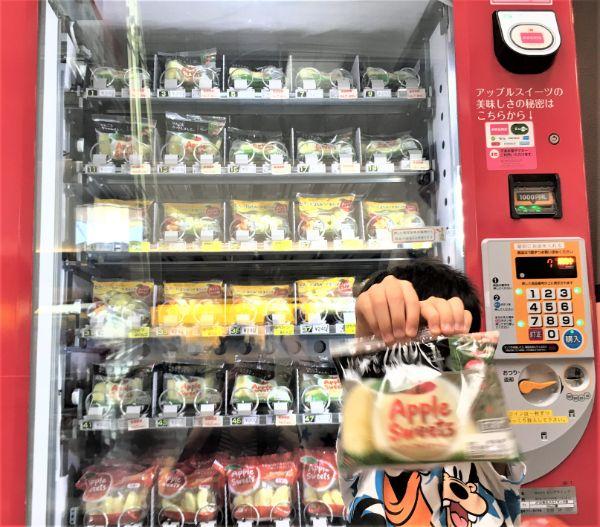 りんごの自販機で「りんご」購入