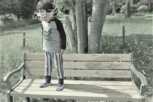 ベンチの上に立つ子供