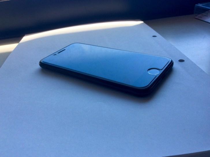 AnkerガラスフィルムをiPhoneに貼った状態