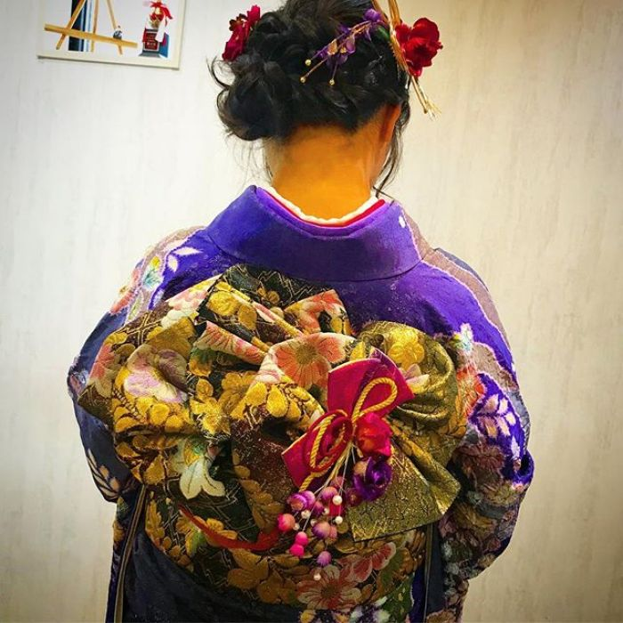 Today is Japanese 成人式 ( Coming-of-age ceremony). 20years girls wear Hurisode ( long long sleeve Kimono). I wear her Hurisode and tie OBI decorticating. It has 5 ribbons How about it?? #Coming-of-age ceremony #Hurisode #kimono #obi #成人式 #着付け