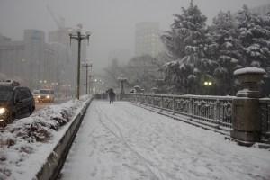 大雪に見舞われた夕暮れの四谷見附橋(東京都新宿区)