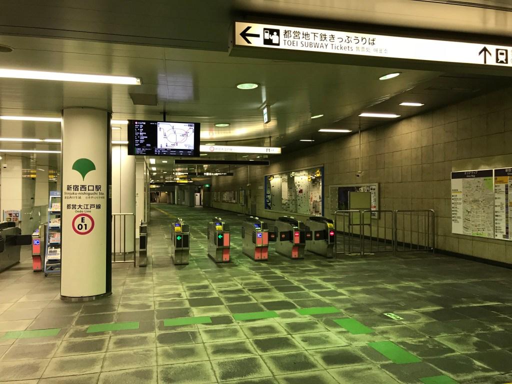 大雪の帰宅ラッシュが過ぎた後の大江戸線新宿西口駅