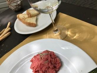 地元白ワイン€4.00ロエロアルネイス