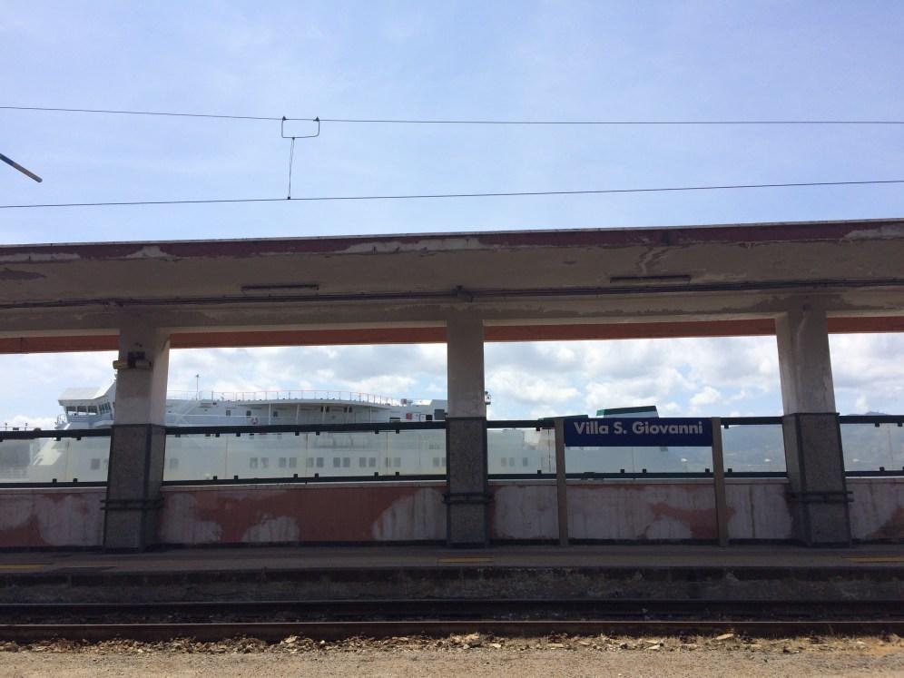 駅のホームから大きなフェリーが見えます