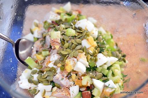 диетический салат с курицей и семечками
