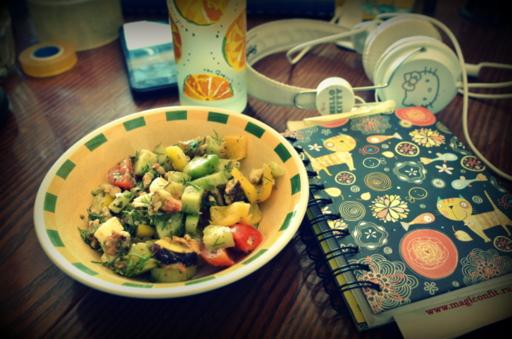 овощной салат с яйцом и соусом песто
